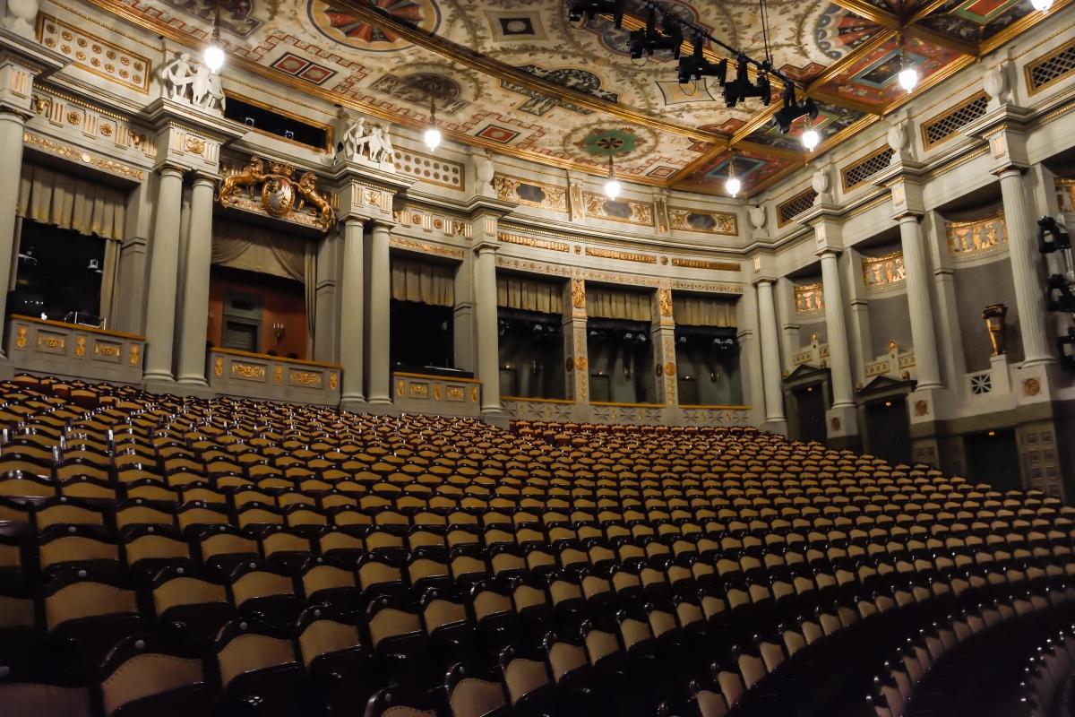 En Suite oder Repertoire – immer mehr Theater nutzen das digitale Shure Funksystem ULX-D